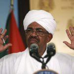 قرار مفاجئ.. البشير يتنحى عن رئاسة الحزب الحاكم ويحل الحكومتين ويعلن الطوارئ