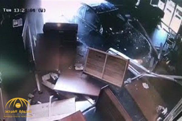 """بالفيديو: لحظة اقتحام سيارة تقودها امرأة لـ""""مطعم"""" بأمريكا.. وتدهس 5 أشخاص"""