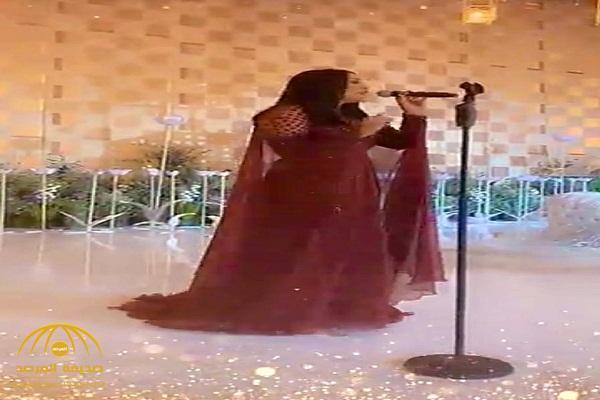 رغم ارتدائها العنابي .. ردة فعل صادمة من معازيم تجاه أحلام خلال إحيائها حفل زفاف في قطر