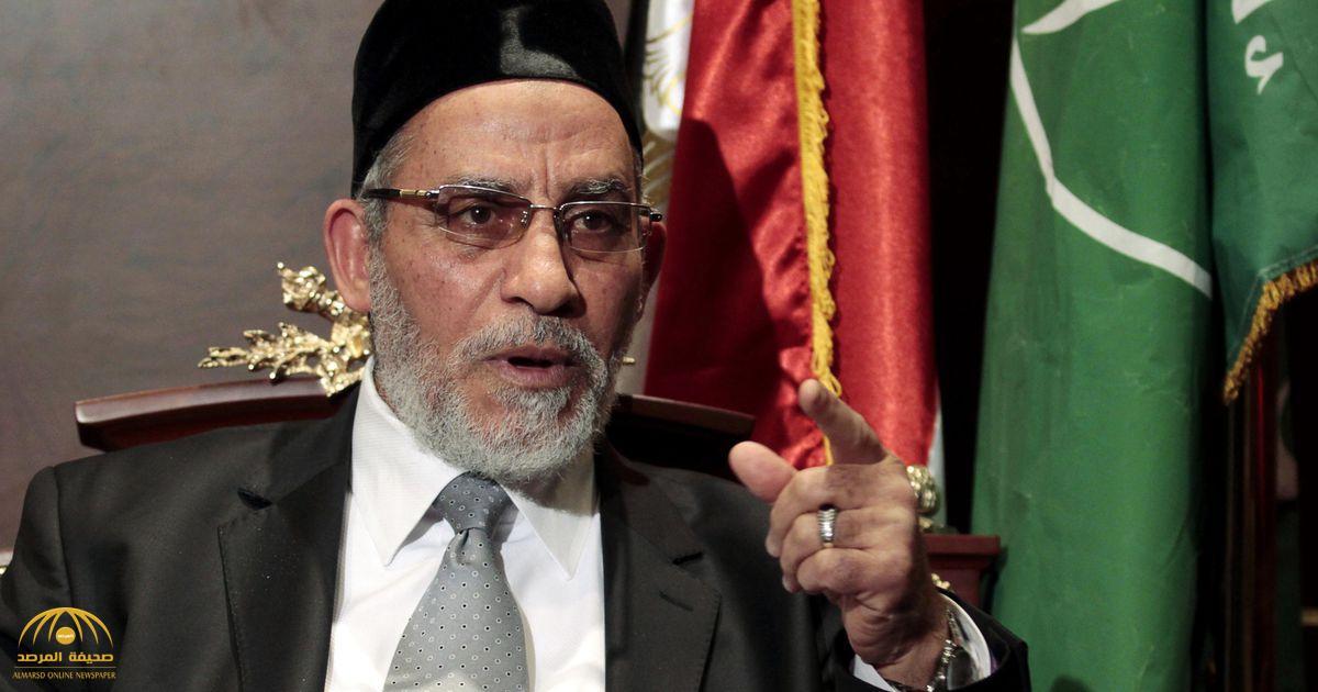 """بالفيديو.. قيادي إخواني سابق يكشف سرّ ارتداء مرشد الجماعة """"طاقية سوداء"""".. وهذه علاقتها بحكم مصر"""