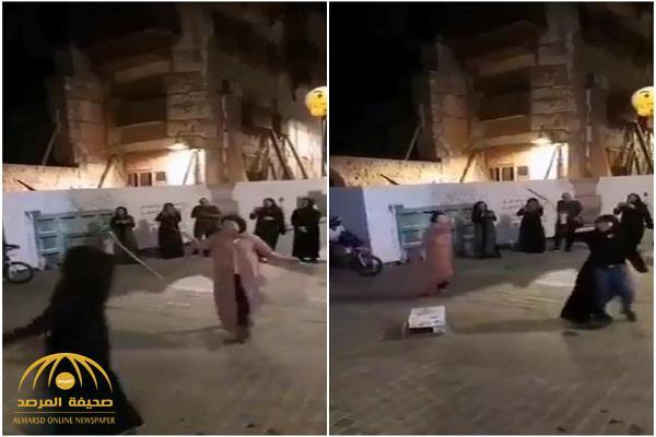 """شاهد: رقص سائحات بالعصي  على """"طبلة المزمار"""" في أحد الأحياء بجدة القديمة"""