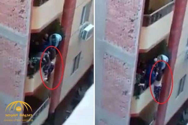 """مصر: أول تعليق من زوج """"سيدة البلكونة"""" يكشف  الحقيقة بشأن إلقاء زوجته! – فيديو"""