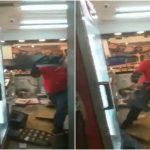"""بعد وقوع خلاف مع مديره .. شاهد: عامل بيتزا ثائر يحطم المطعم بـ""""حيفا""""!"""