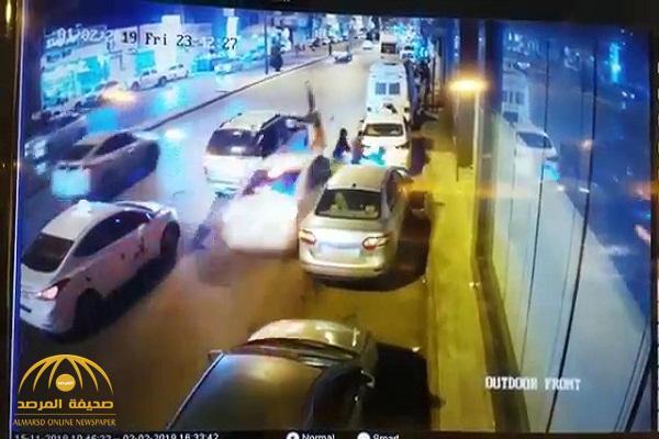 """شاهد: حادث دهس مروع لـ """"طفلين وشاب"""" في """"بريدة"""""""