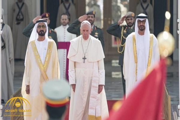 """بـ""""خيول عربية أصيلة"""" .. شاهد: مراسم استقبال بابا """"الفاتيكان"""" بقصر الرئاسة بالإمارات – فيديو وصور"""