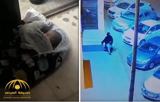 مشهد مفجع في جدة.. امرأة تلقي رضيعها أمام باب مسجد وتهرب -(فيديو)