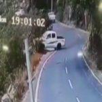"""شاهد .. لحظة سقوط سيارة من قمة جبل بـ """"فيفا"""""""