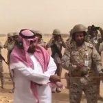 شاهد .. نائب أمير نجران يشارك الجنود بالحد الجنوبي ويطلق قذيفة مدفعية
