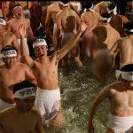 شاهد : آلاف من اليابانيين يحتفلون باعتقادهم الديني الخاص في تطهير أنفسهم من الذنوب وجلب الحظ !