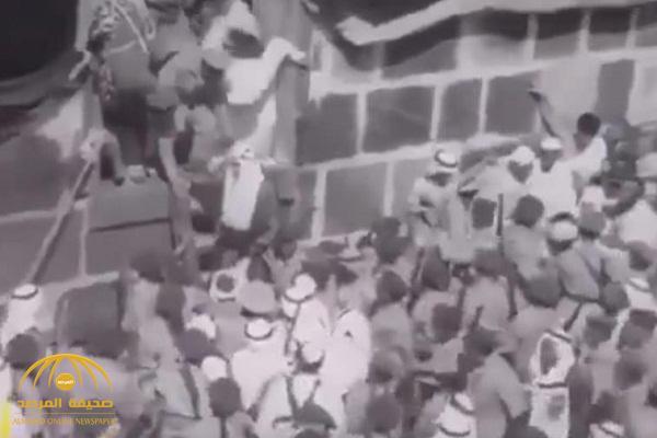 شاهد: مقطع فيديو مثير للملك فيصل أثناء غسل الكعبة وخروجه باستخدام سلم خشب!
