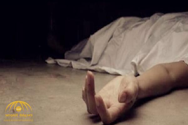 العثور على جثة مواطن بجوار عمارة سكنية في جدة.. والشرطة تصل لموقع الحادثة وتجد هذه الآثار!