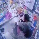 """شاهد .. لص يهاجم """"بائع"""" في سوبر ماركت بالكويت ويعتدي عليه بالضرب"""