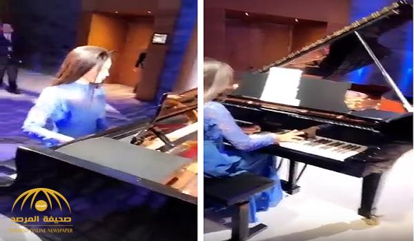 """شاهد.. أول سعودية تعزف """"البيانو"""" في """"منتدى دافوس"""" !"""