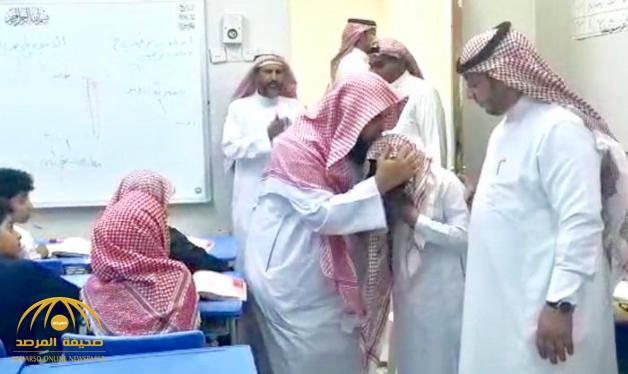 """شاهد موقف مؤثر لـ """"طالب يتيم"""" يجهش بالبكاء أثناء درس بجازان !"""