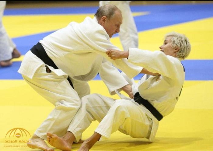 شاهد: بوتين يتعرض لإصابة.. وهزيمة مذلة من امرأة أسقطته على الأرض أثناء تدريب في الجودو!