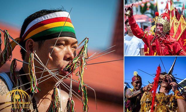 شاهد : مئات المحتفلين يخرقون وجوههم بالسيوف في مهرجان إندونيسي مشهور والسبب عجيب!