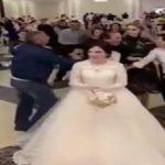 شاهد .. باقة زهور عروس تشعل معركة في حفل زفاف