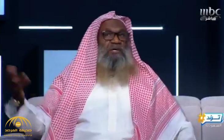 بالفيديو.. الكلباني: أنا عالمي قديم.. ولم أتراجع عن ربط السلفية بداعش.. وهذه ردة فعله عندما طُلب منه لبس «العقال»