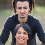 """ابتسامة ونظرة عين توقع """"ألمانية"""" في شباك لاجئ تونسي يصغرها بـ 21 عاما.. والقصة حديث الساعة ببرلين!"""