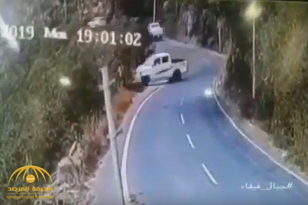 """بعد الفيديو المروع.. شاهد: مصير قائد مركبة الـ """"هايلوكس"""" الذي سقط من قمم جبال فيفاء!"""