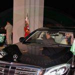 شاهد : رئيس وزراء باكستان يقود السيارة بنفسه مصطحبًا معه  ولي العهد