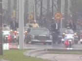 بالفيديو : رجل يهجم على موكب  ملك المغرب خلال زيارة  البابا .. شاهد.. ردة فعل رجال الأمن!