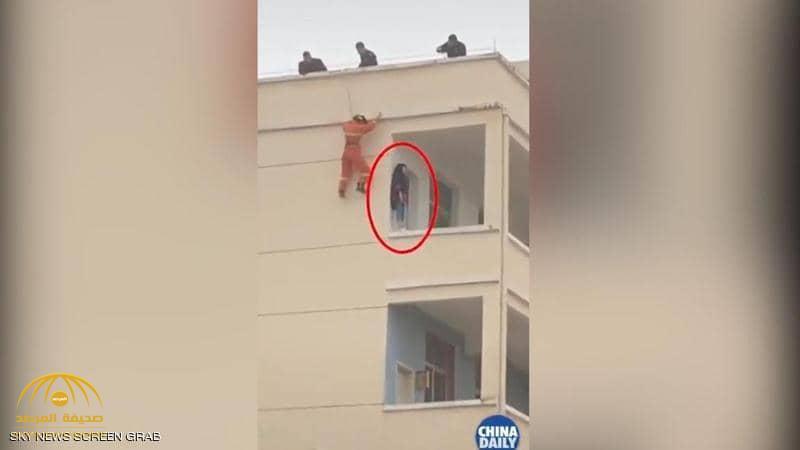 شاهد بالفيديو.. كيف أنقذ رجل إطفاء فتاة من الموت بركلة قدم؟!