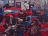 شاهد .. مشاجرة داخل مسجد في بريطانيا وتحطيم البيض على رأس زعيم حزب العمال البريطاني!