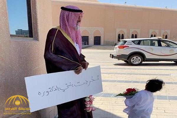 """بـ""""عُقد وبوكيه ورد"""" .. صورة: أب سعودي ينتظر ابنته خارج قاعة التخرج تغزو مواقع التواصل"""