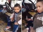 يدخن ويحمل سلاحًا أبيض.. شاهد: طفل عمره 3 سنوات يثير ضجة في مصر