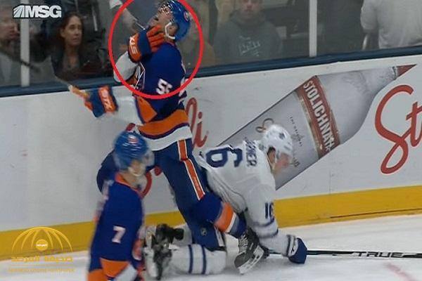 """إصابة خطرة .. شاهد: """"زلاجة حذاء"""" تنحر عنق لاعب هوكي!"""