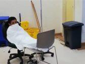 شاهد ..  تنويم طفل مريض على كرسيين في مستشفى الملك فهد بجازان.. و«الصحة» تعلق!