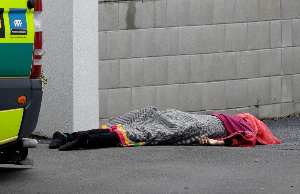شاهد عيان يروي لحظات الرعب بالمسجد : القتلى بكل مكان