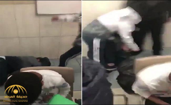 بالفيديو : طالب يعتدي على زميله بطريقة وحشية في مدرسة أهلية بـ #الرياض