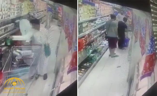 أفرغا جيوبه باحترافية .. شاهد: لصان يسرقان مسنًا دون أن يشعر في محل تجاري بالمملكة