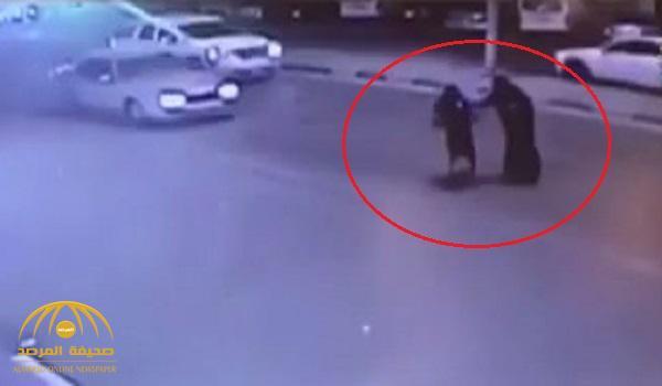 شاهد .. حادث مروع لسيارة تصدم امرأة وتقذفها في الهواء بالأحساء