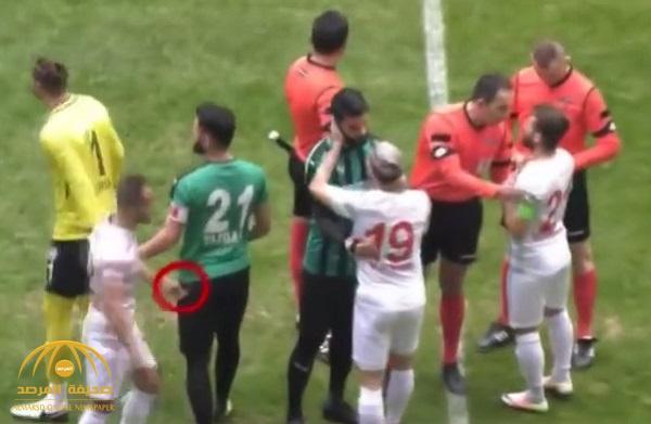 """شاهد .. لاعب تركي يعتدي على لاعبي الفريق المنافس بـ """"شفرة حادة"""" داخل الملعب !"""