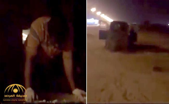 """شاهد : عامل مطعم يلقي الأرز بـ""""الكريك"""" في القمامة بنجران .. و يبرر : طيب وين نوديه """" تشله"""" ؟"""