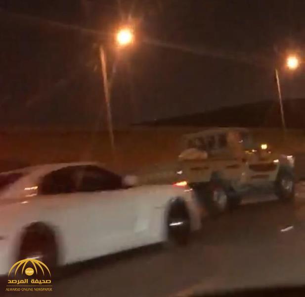 """شاهد: مطاردة عنيفة بين سائقين متهورين في طريق بالرياض تنتهي بحادث سير.. و""""المرور"""" تكشف مصيرهما!"""