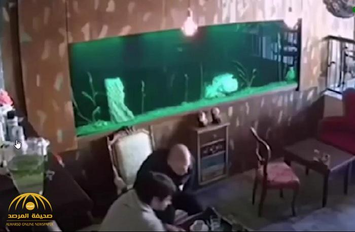 كاميرا مقهى تسجل انهيار حوض سمك ضخم على الزبائن