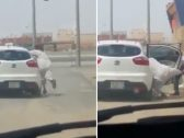 جروه من قدمه خارج السيارة وألقوا بهِ على الطريق.. شاهد: عصابة تسرق 34 ألف ريال من راكب.. وهكذا خدعوه!
