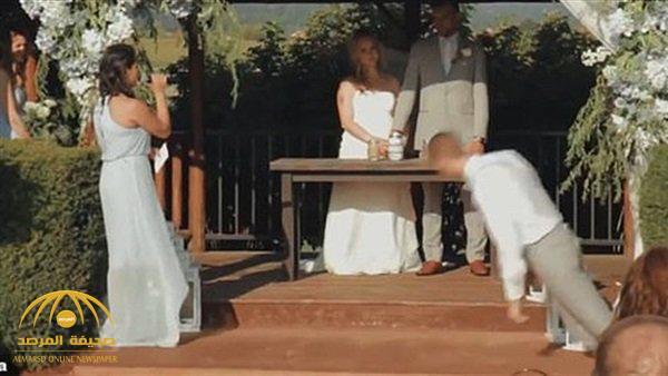 شاهد: لحظة سقوط مفاجئ لصديق العريس على وجهه خلال الزفاف في واشنطن!