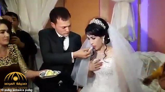 شاهد .. ردة فعل صادمة من عريس تجاه العروس بعدما داعبته قبل أكل حلوى الزفاف