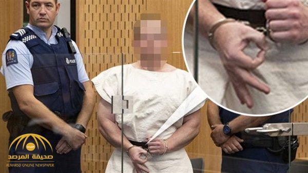 """ماذا تعني الإشارة التي قام بها الإرهابي """" هاريسون """" منفذ الهجوم على مسجدين في نيوزلندا أثناء محاكمته؟"""