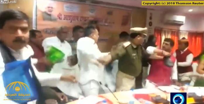 """شاهد .. معركة بـ""""الأحذية"""" بين سياسيين في الحزب الحاكم بالهند على الهواء!"""