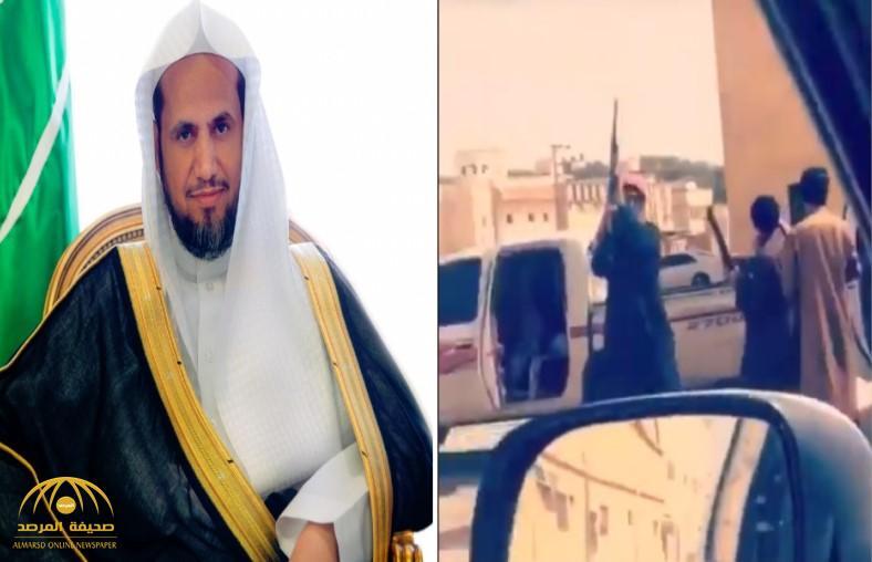 شاهد.. شبان يتجولون بأسلحتهم في شوارع حوطة بني تميم.. وتوجيه عاجل من النائب العام بحقهم!