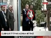 شاهد.. أردوغان يفاجئ أنصاره بتوزيع الشاي عليهم.. والجماهير تتشاجر وتثير غضبه!