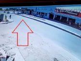 بالفيديو .. شاهد ردة فعل قائد مركبة تجاه وافد رمى بنفسه أمام السيارة متعمداً