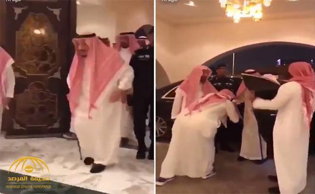 """بالفيديو .. """"خادم الحرمين"""" يزور الشيخ ناصر الشثري في منزله"""