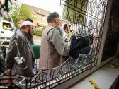 هجوم بمطارق وتكسير نوافذ .. شاهد : اعتداءات على 5 مساجد بريطانية